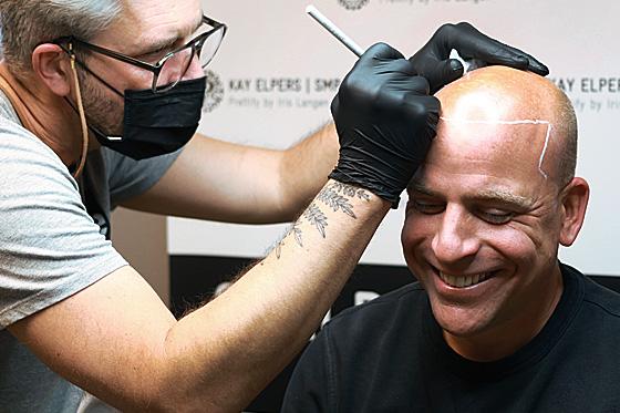 Scalp Micropigmentation (SMP) | PRETTIFY - Hamburg | Anzeichnen der neuen Haarlinie beim Shaved Look